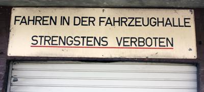 Fahren in der Fahrzeughalle strengstens verboten!
